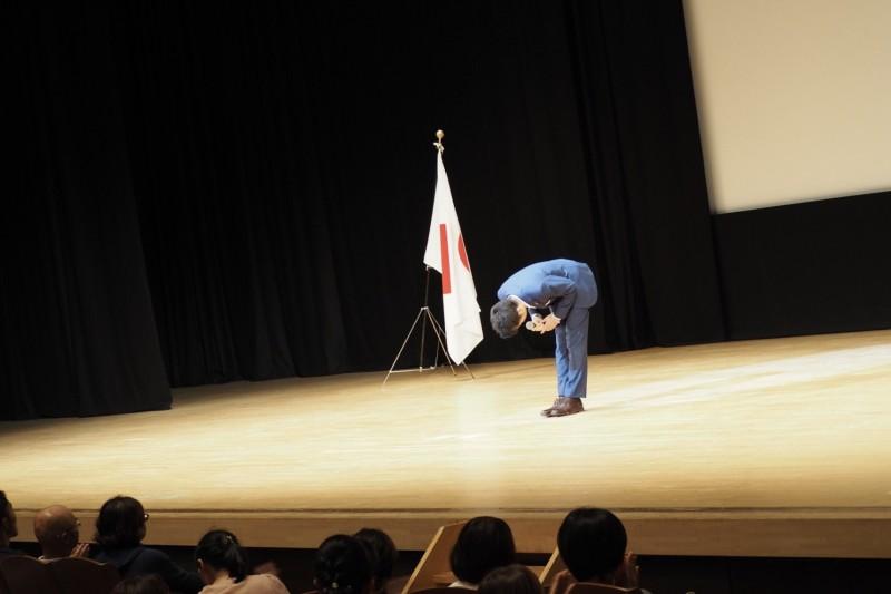 舞台上 お辞儀 旗