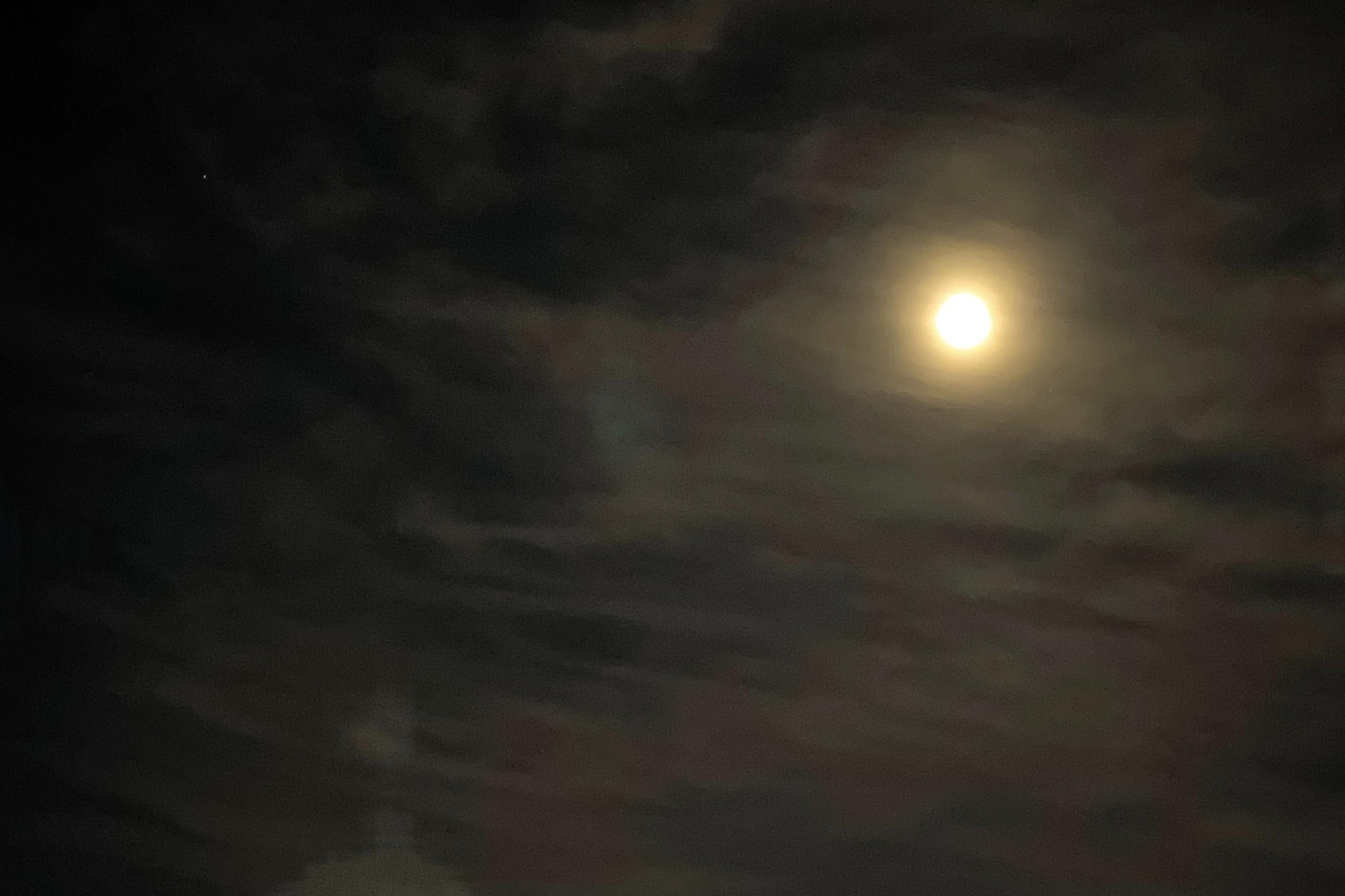 空には満月