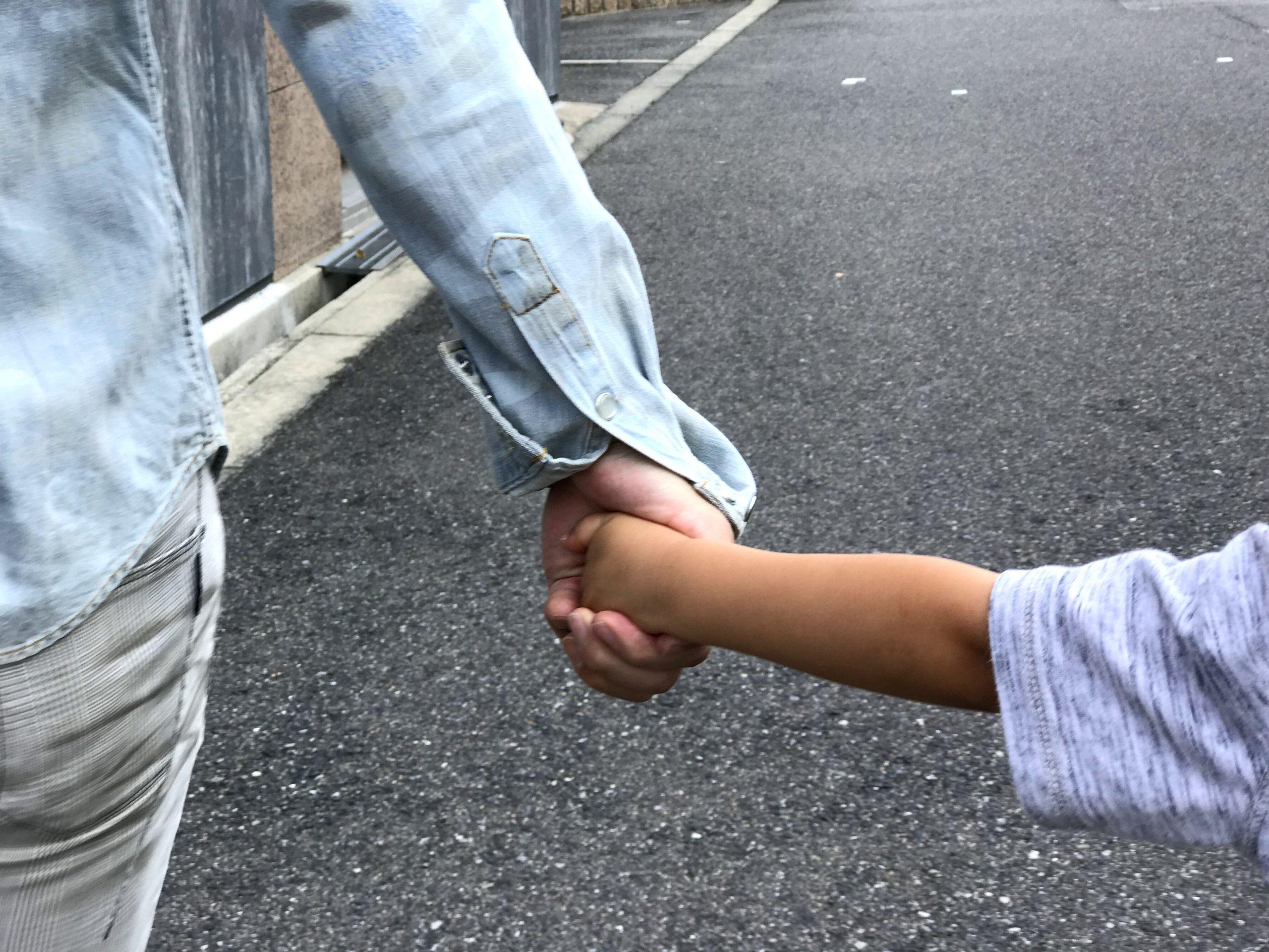 手を繋ぐ写真