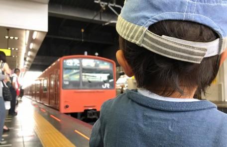 電車を見る子供 駅 ホーム