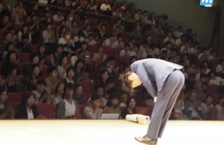 講演会 お辞儀 舞台上