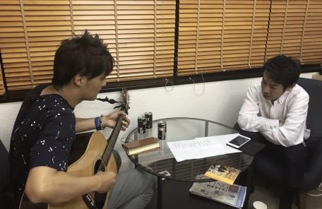 ギターの演奏 ギターを聞く 対面