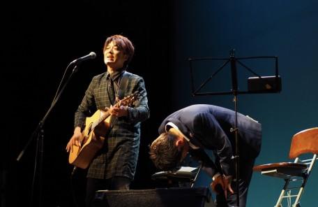 お辞儀 ギターを持つ男性 ステージ