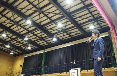 体育館 舞台で話す男性