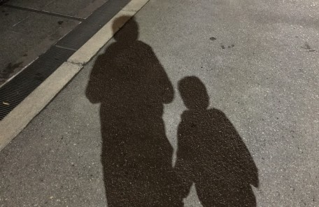 影 親子 道路