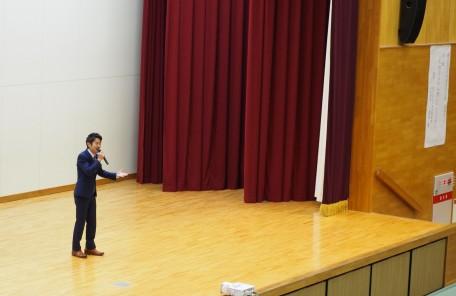 体育館 舞台上で話す 講演会