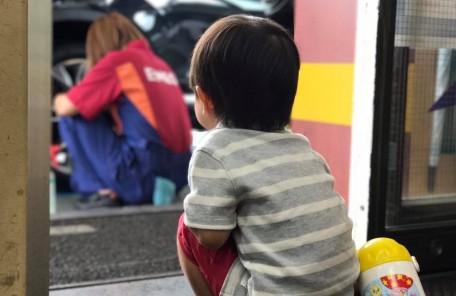 子供の後ろ姿 ガソリンスタンド