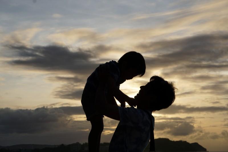 親子 抱っこ 夕日
