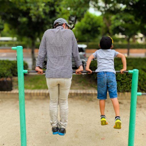 親子で鉄棒練習