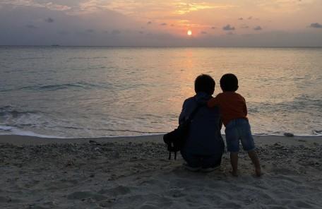 海辺 夕日 親子