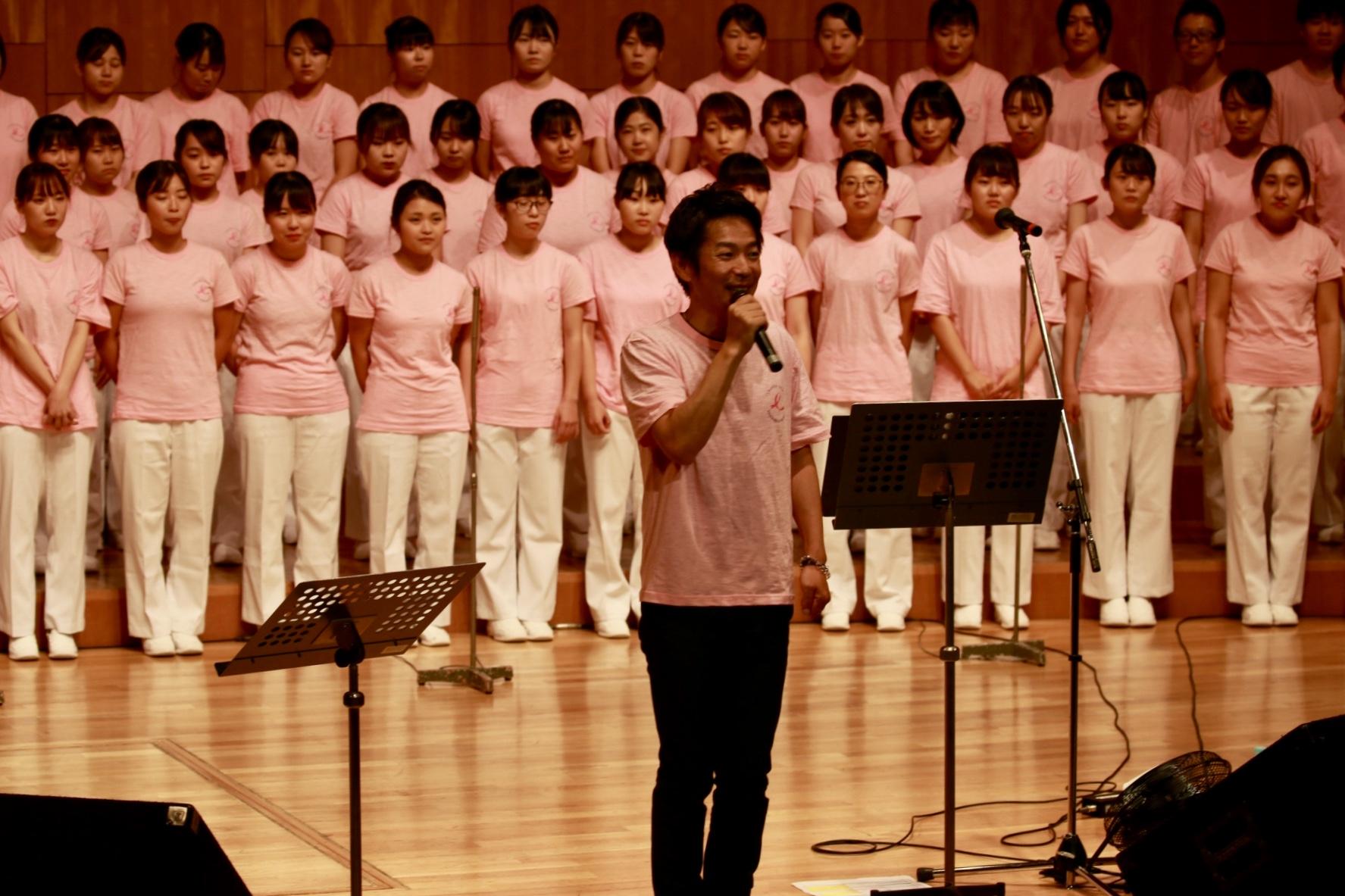 ピンクのTシャツを着て