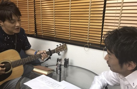 ギターを持ち歌う男性 音楽 歌を聞く男性
