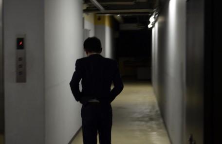 廊下 後ろ姿 スーツ姿の男性