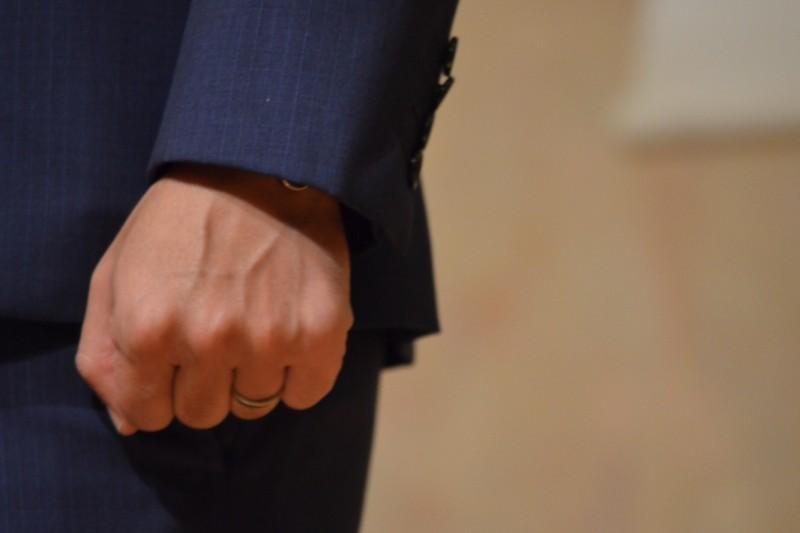 拳 婚約指輪 スーツ