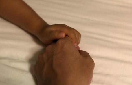 握った手 親子
