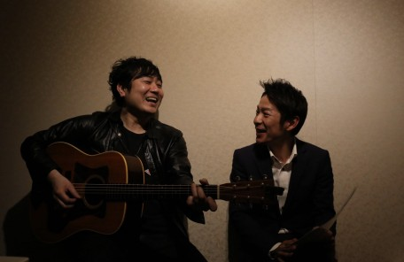 ギターを持つ男性 笑顔の二人