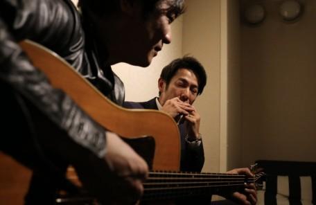 ギターを演奏する男性 ハーモニカ