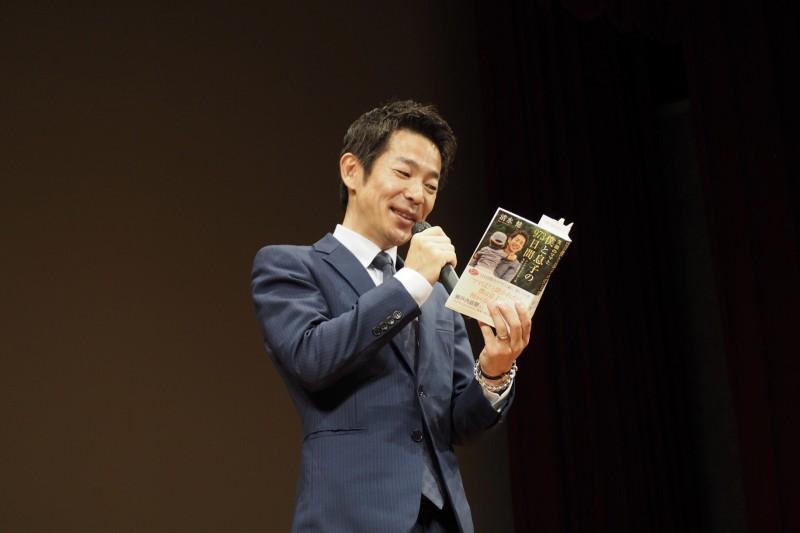 本を読む男性 舞台上