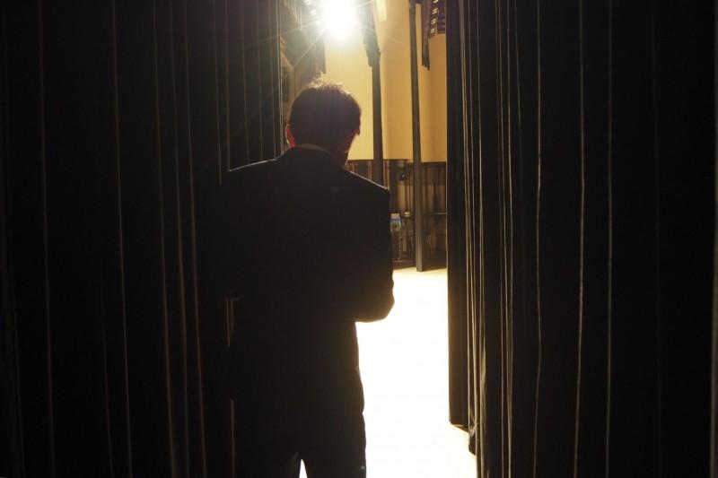舞台袖 男性の後ろ姿