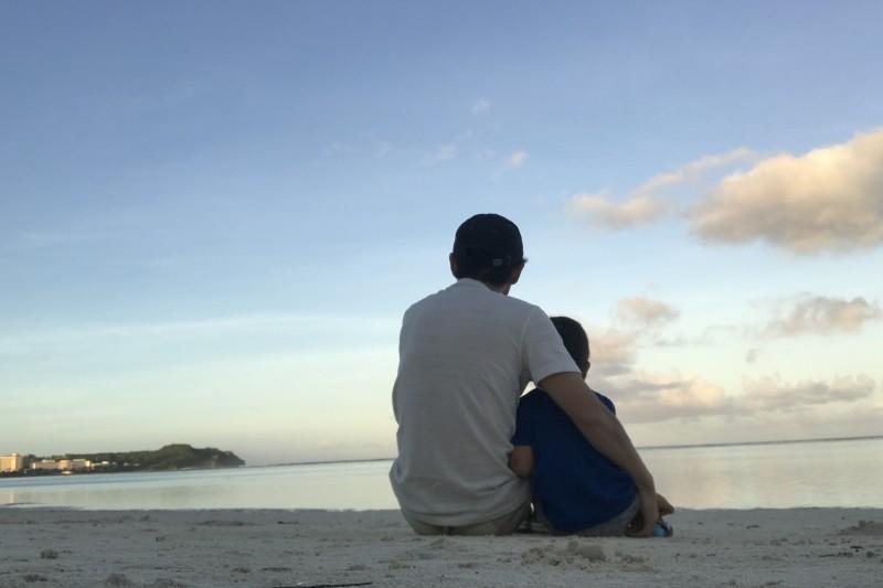 海を見る親子 浜辺