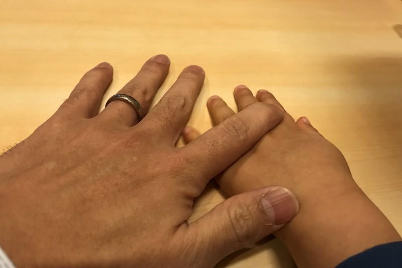 重なる手 親子 結婚指輪