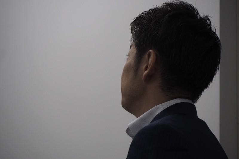男性 横顔 スーツ